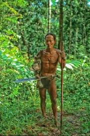 El cazador- en la selva de siberut
